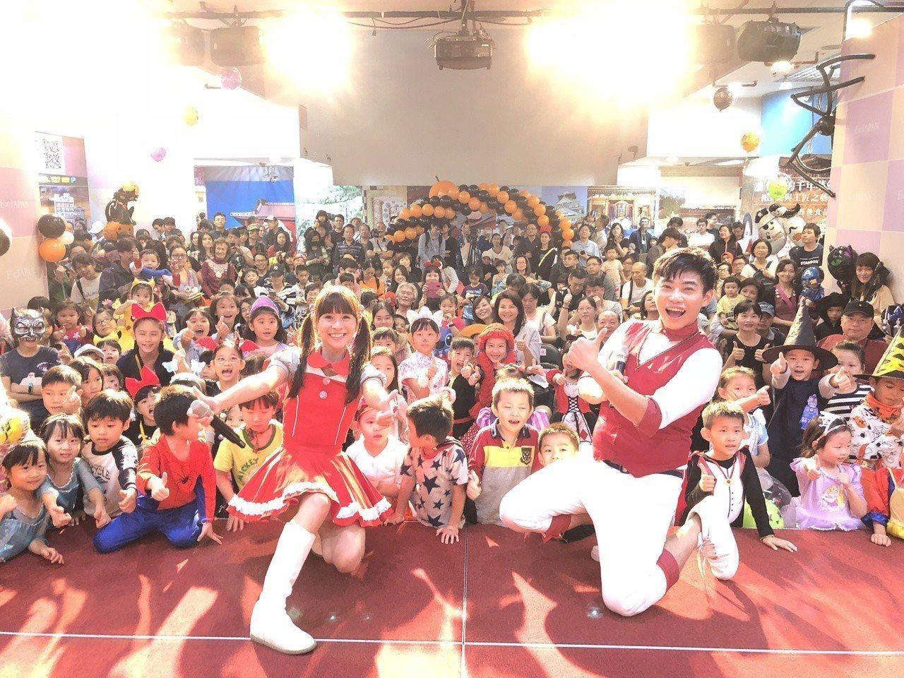 台北地下街萬聖節活動全體參與民眾合影/台北地下街提供