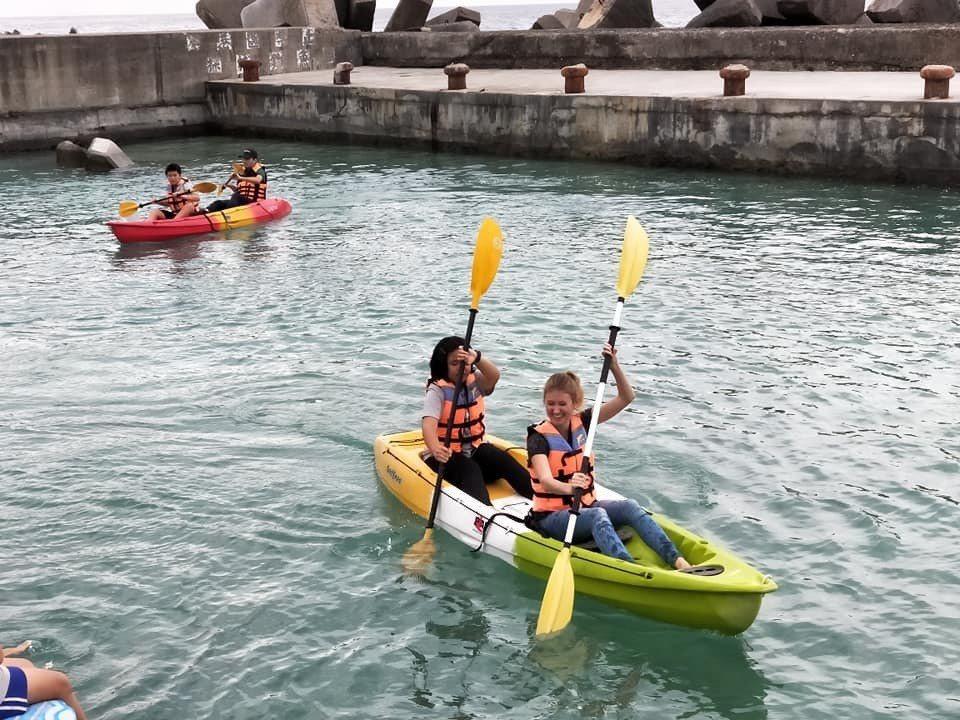 琉球國小學生和外籍學生共同體驗划獨木舟。圖/校方提供
