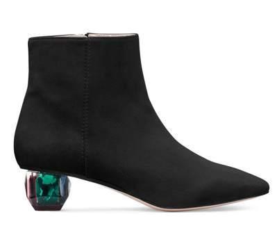 球狀玻璃鞋跟增添夢幻神秘感,多面切割的特性讓鞋跟從不同角度會散發不同的顏色,非常...
