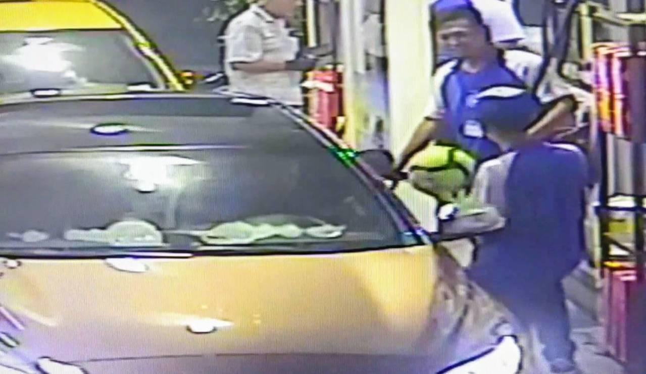 哥倫比亞籍莫姓男子開車到加油站加油,宣稱忘了帶現金,允諾歸還400元油錢,留下1...