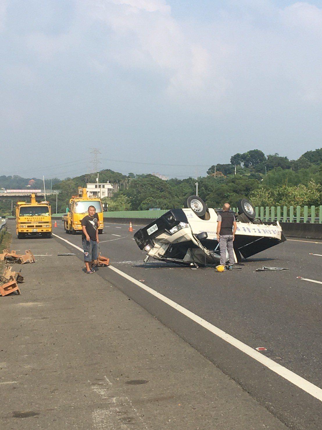 國道三號嘉義縣南下路段296公里處,今天下午2點14分發生一起小貨車離奇自撞翻覆...