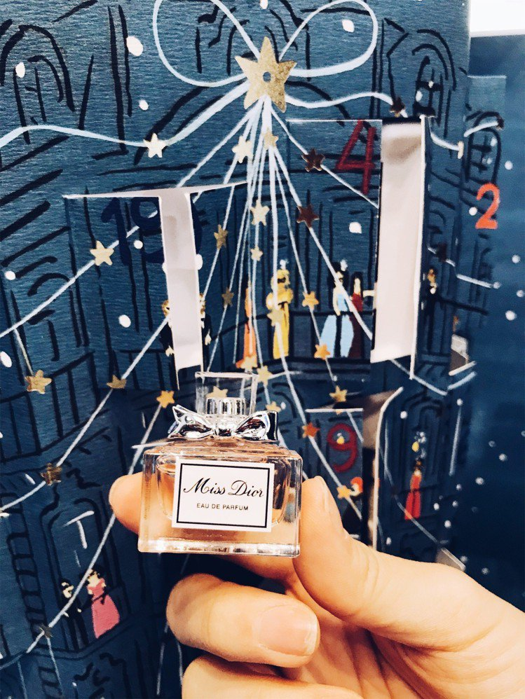 Dior耶誕倒數日曆內的迷你香氛別緻可愛。圖/記者江佩君攝影