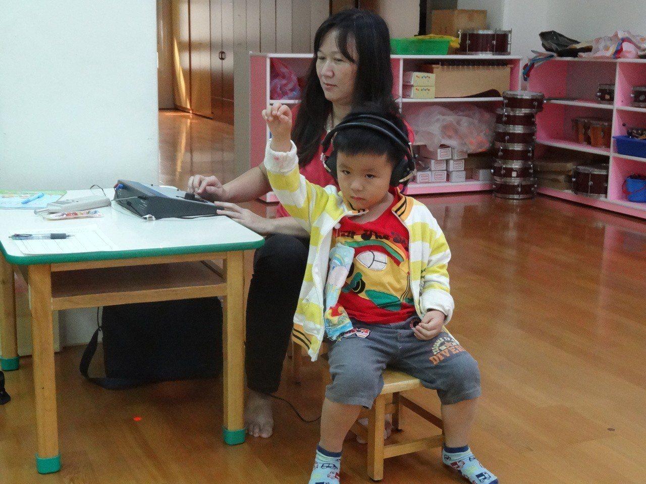 國健署提醒家長,孩子3-4歲時一定要讓孩子再次接受聽力篩檢,因輕、中度感音神經性...