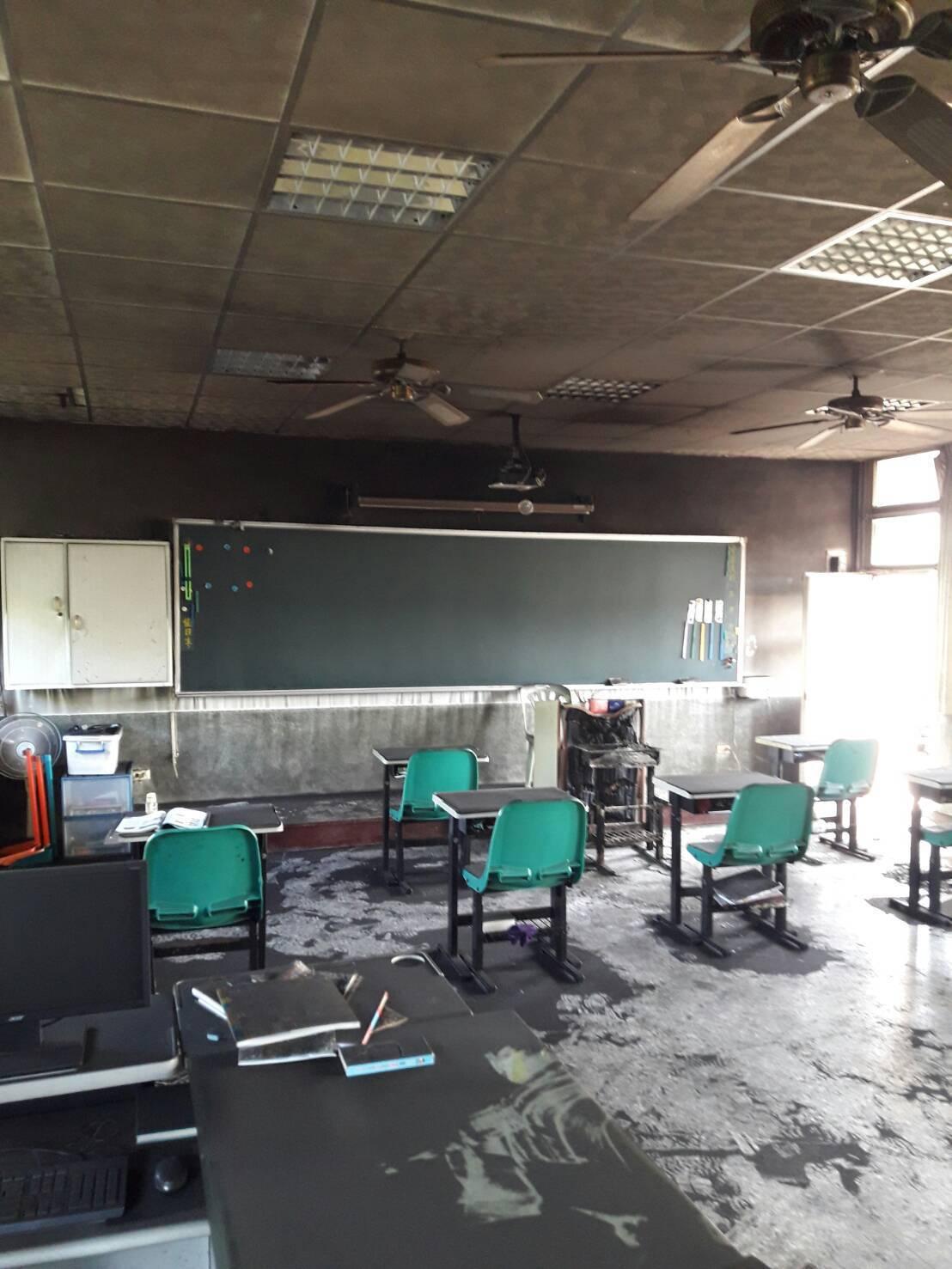 土庫新庄國小一間教室不明原因起火,教室被燻黑,部分桌椅被燒毀。記者蔡維斌/翻攝