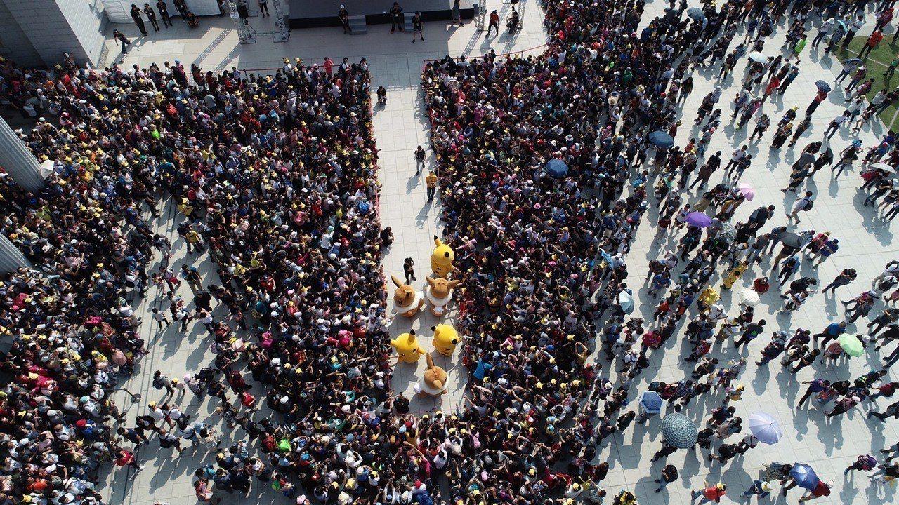 寶可夢台南限定活動,主場奇美博物館空拍照,人潮密密麻麻。圖/台南市觀旅局提供