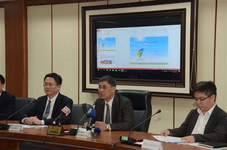 經濟部能源局副局長李君禮(中)澄清說明太陽光電無毒害。經濟部提供