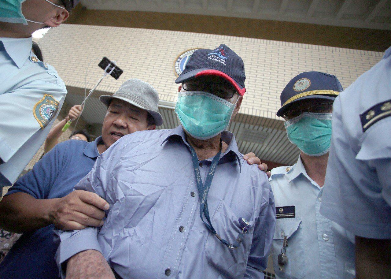 慶富董事長陳慶男(右二)上周籌出3200萬元加保金,步出看守所。記者劉學聖/攝影