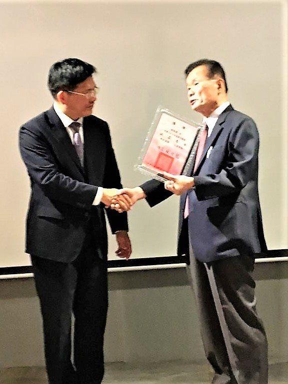 台中市82歲的執業醫師林瑤棋(右)上午當著市長林佳龍的面拒領「107年度醫療貢獻...