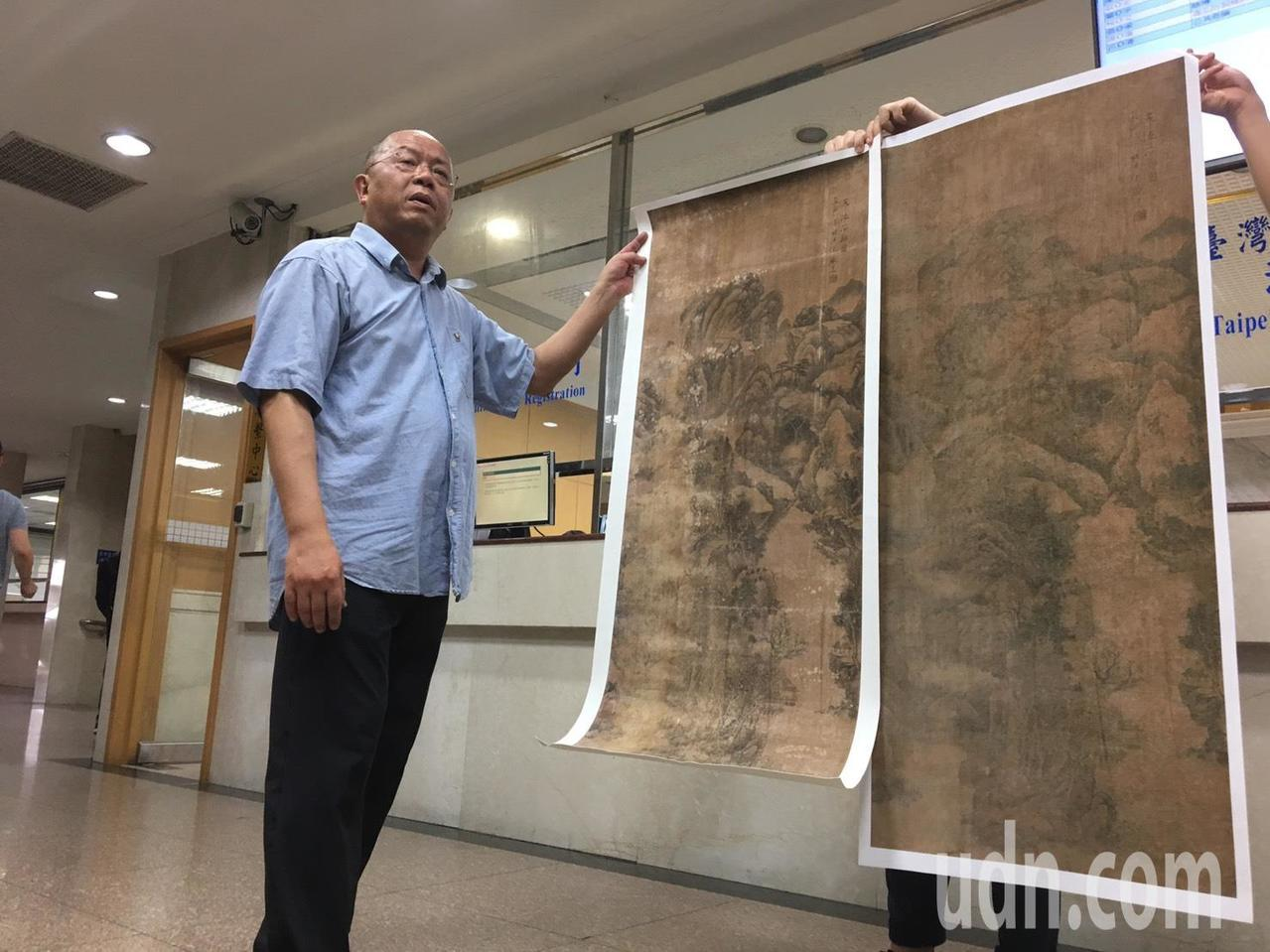 方則揚今天帶畫作掃描圖出庭,指出裱褙前畫作(左)明顯和裱褙後(右)不同。記者林孟...
