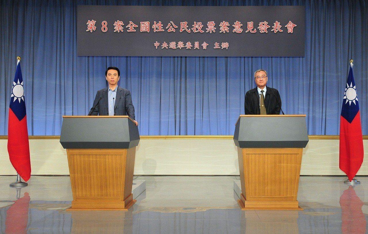 陳學聖(左)今天上午代表國民黨以「正方」身分參加中選會主辦「反深澳」公投案意見發...
