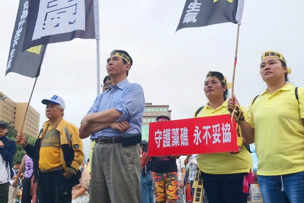 陳學聖(左2)3日參加保護藻礁遊行。圖/陳學聖競選總部提供