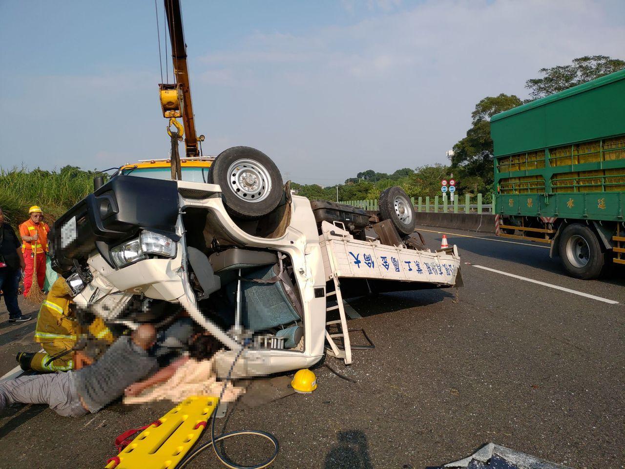 貨車失控撞擊路肩護欄後翻車,車頭嚴重變形,男子受困車內,還好繫了安全帶,人救出後...