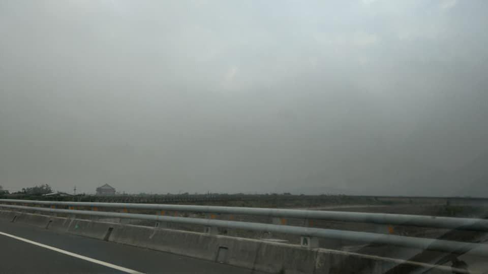 圖為今天下午枋山以北的天空,一片灰暗。圖/葉奉達提供