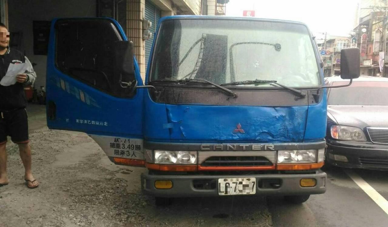 警方查獲男子小貨車車頭掛失竊車牌。記者鄭國樑/翻攝