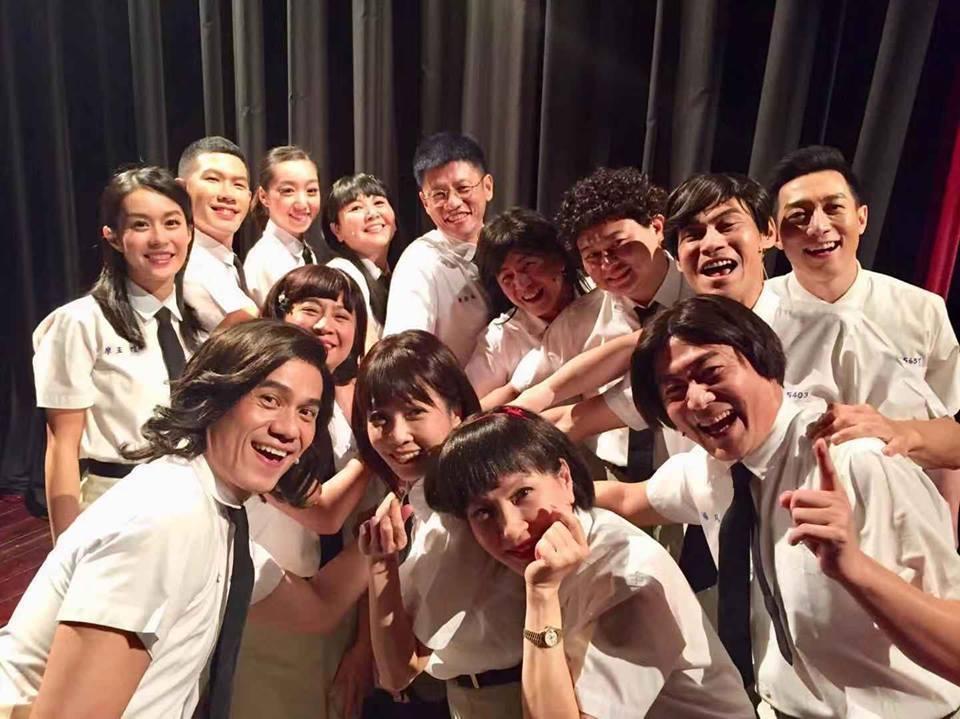 夏靖庭(後排右二)演出舞台劇「同學會!同鞋」。圖/摘自臉書