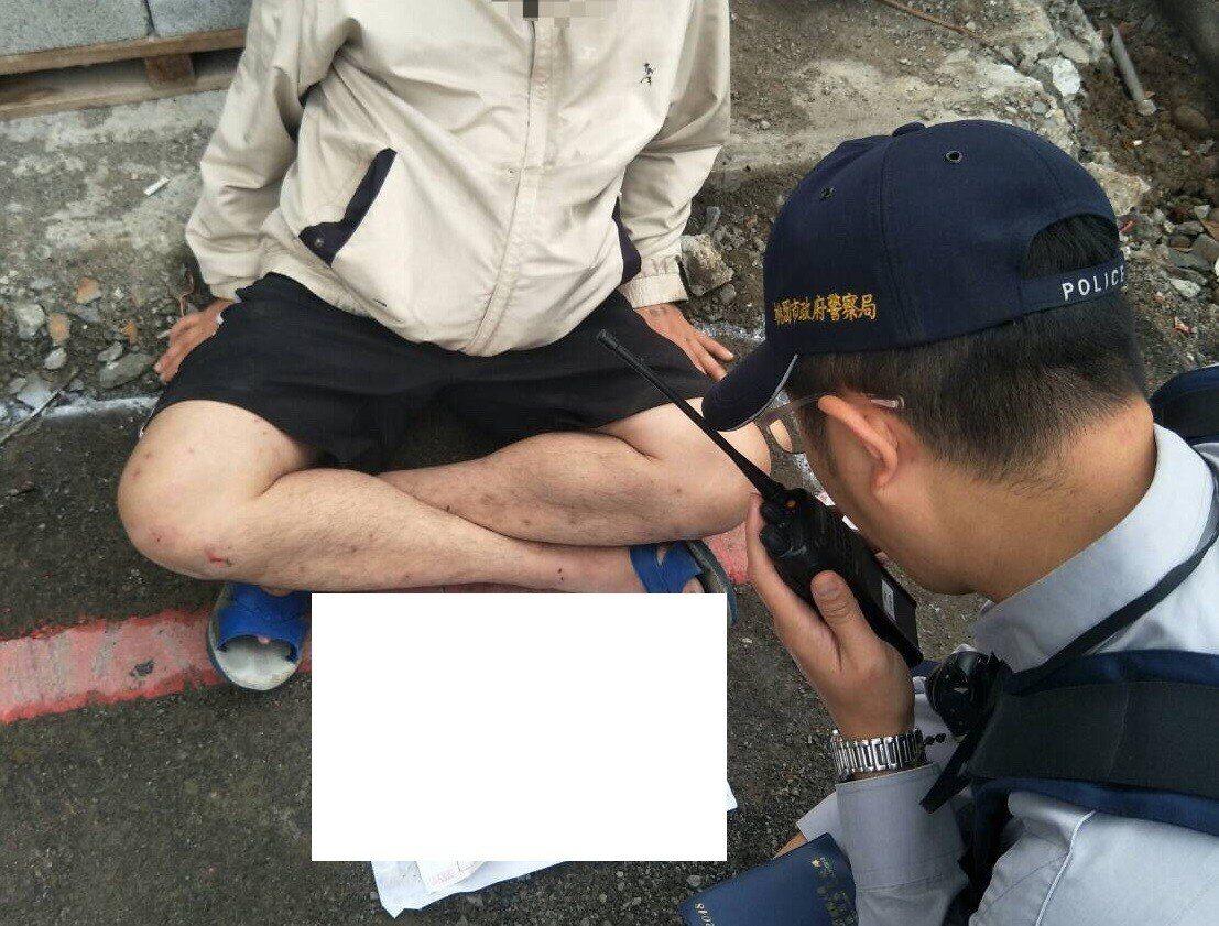 警方見男子倒路邊又有遺書,立即連絡救護車到場。記者鄭國樑/翻攝