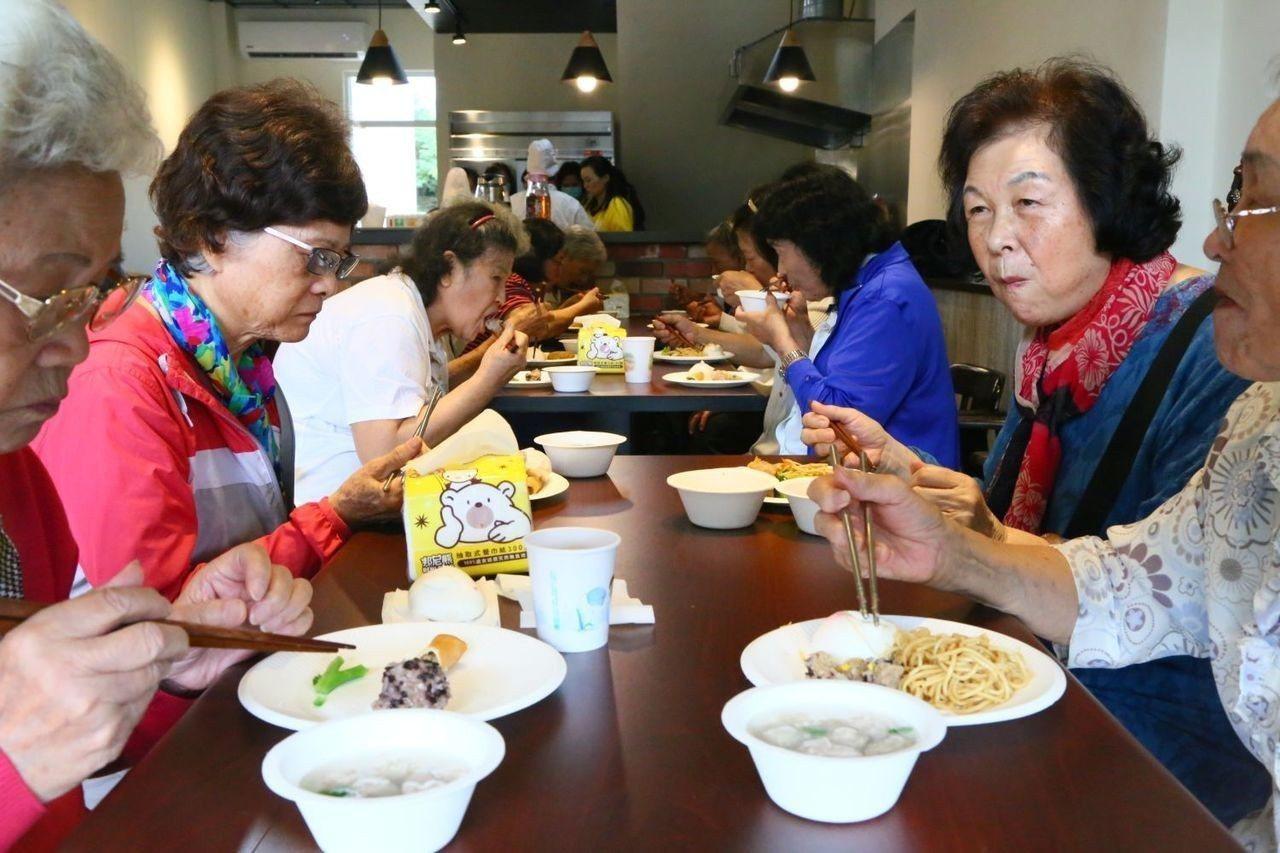 「有福館」中有由營養師專為銀髮族設計的飲食餐點,依符合資格,費用從0元到30元不...