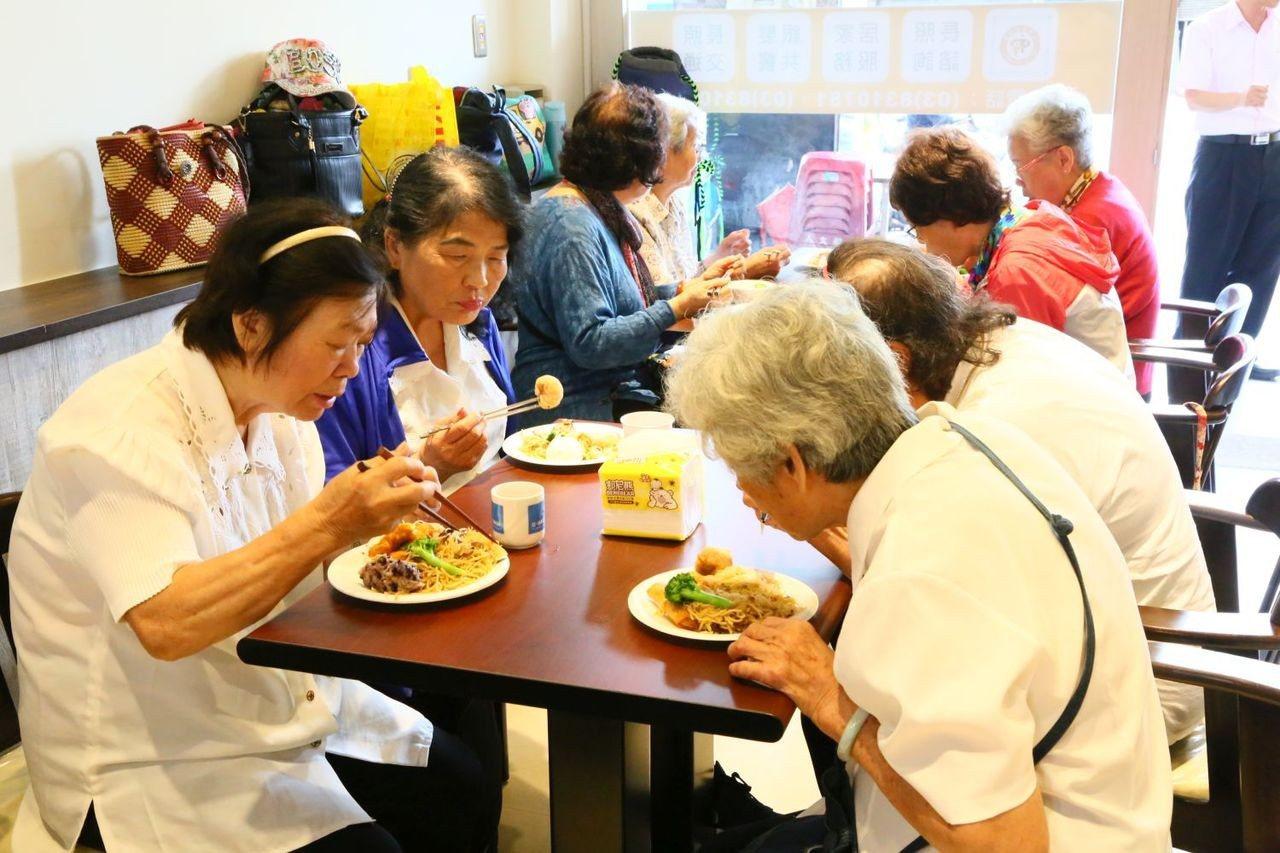 「有福館」提供銀髮及家庭照顧者共餐服務,讓銀髮族走出家門,齊聚聊天作伴,吃到營養...