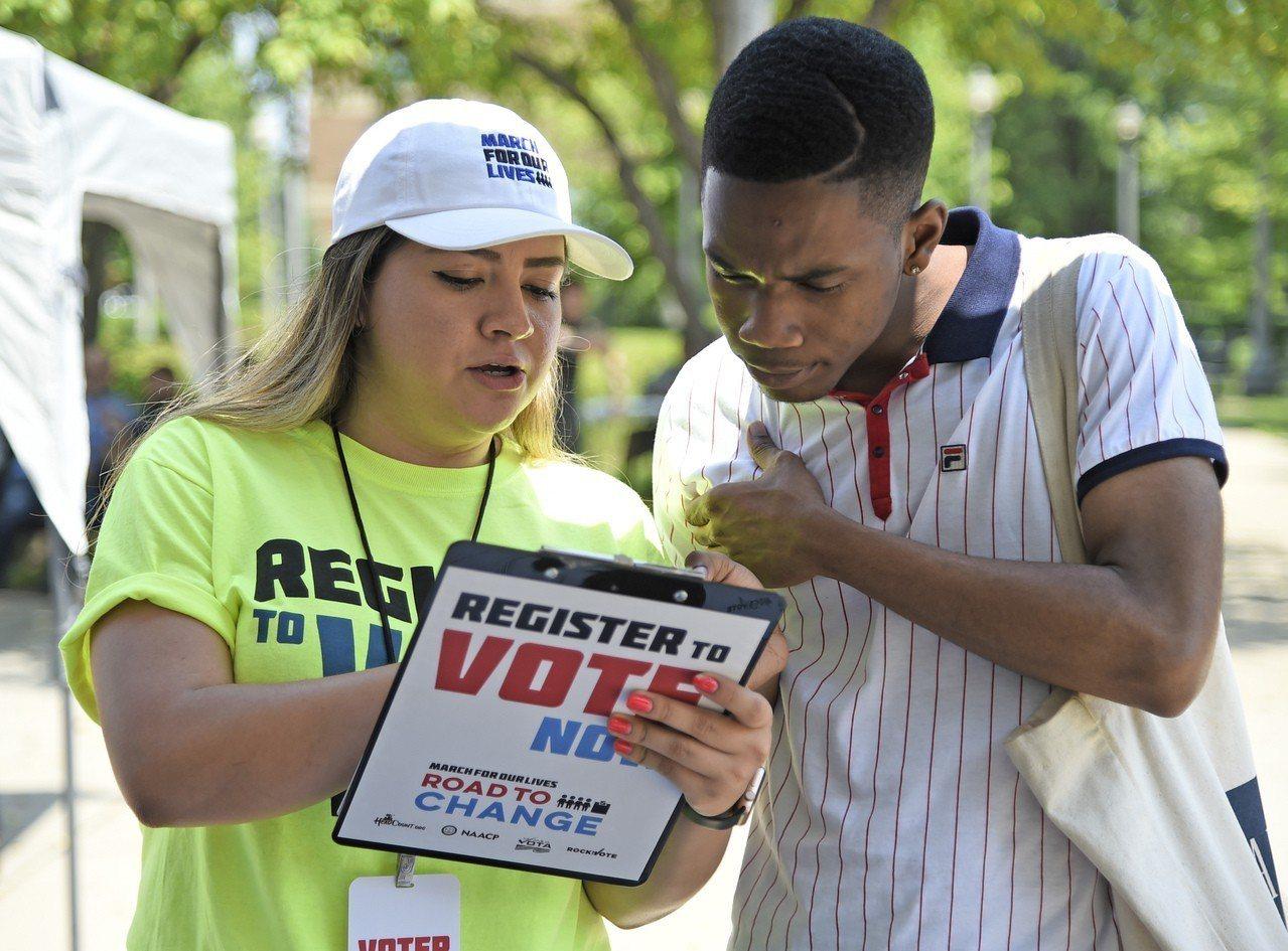 美國期中選舉6日登場,在對川普政府不滿的驅動下,美國青年一改往年冷漠態度。哈佛民...