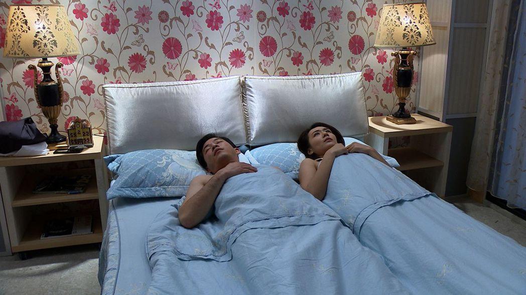 李又汝在「大時代」戲中為了追愛,不惜脫衣上演和韓宜邦上床戲碼。圖/民視提供