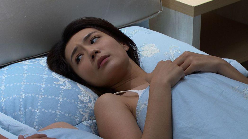 李又汝在「大時代」戲中為了追愛,不惜脫衣上演上錯床的戲碼。圖/民視提供