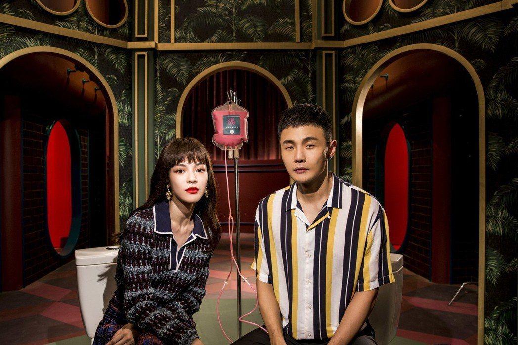 李榮浩新歌「念念又不忘」MV,邀來鍾楚曦(左)特別演出。圖/華納提供