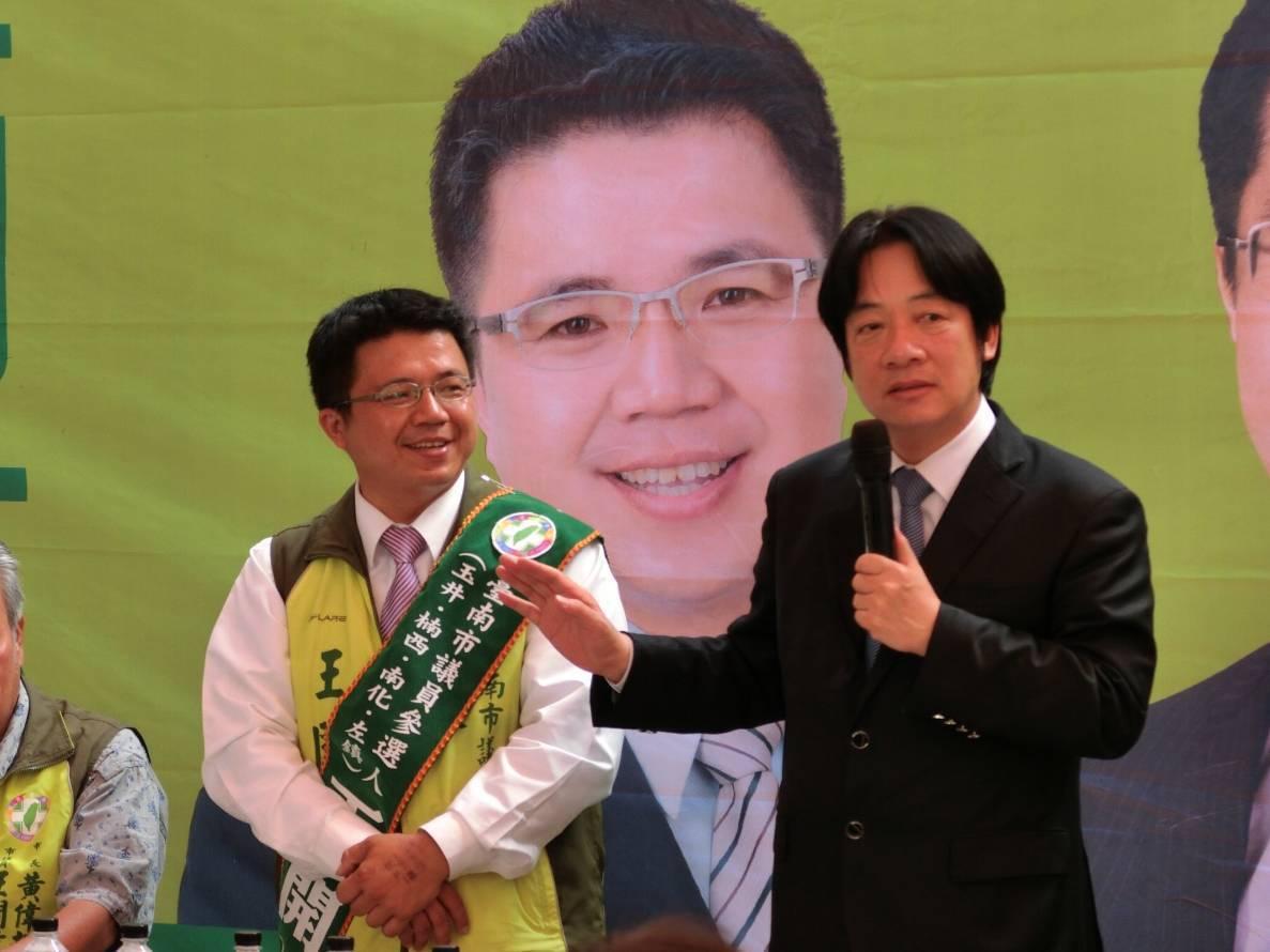 民進黨台南市議員候選人王開玹(左)被傳涉賄被收押,目前是他大哥當分身在拜票,選舉...