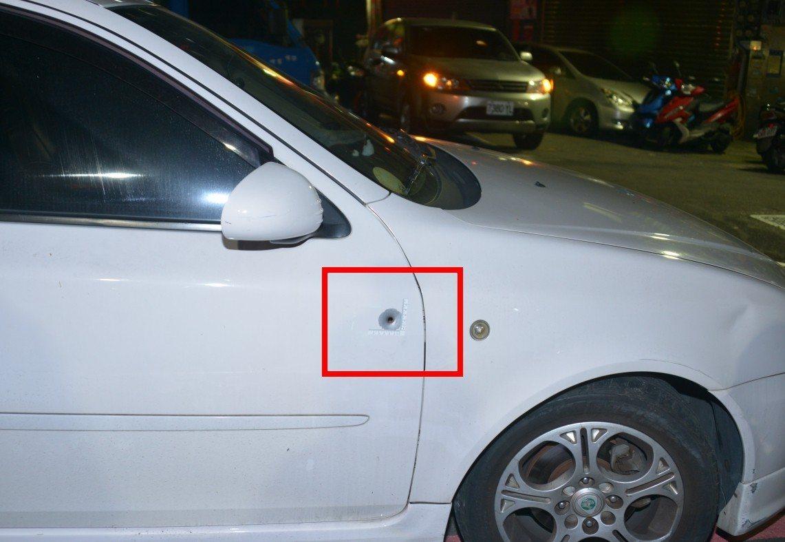 白色轎車的右側前門也有1個彈孔。記者林昭彰/翻攝