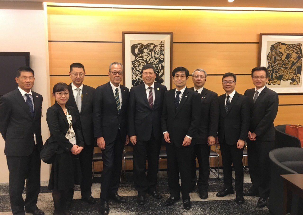 外貿協會秘書長葉明水(中)與Tokyo Big Sight代表會面 ,包括Big...