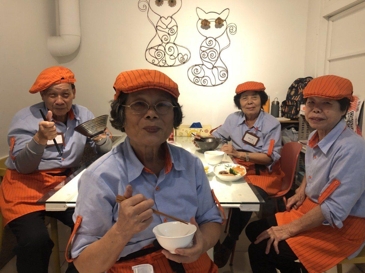 在大齡食堂裡,每一位長者都能自立洗菜、烹煮、點餐、送菜、收銀、招待等,是「老有所...