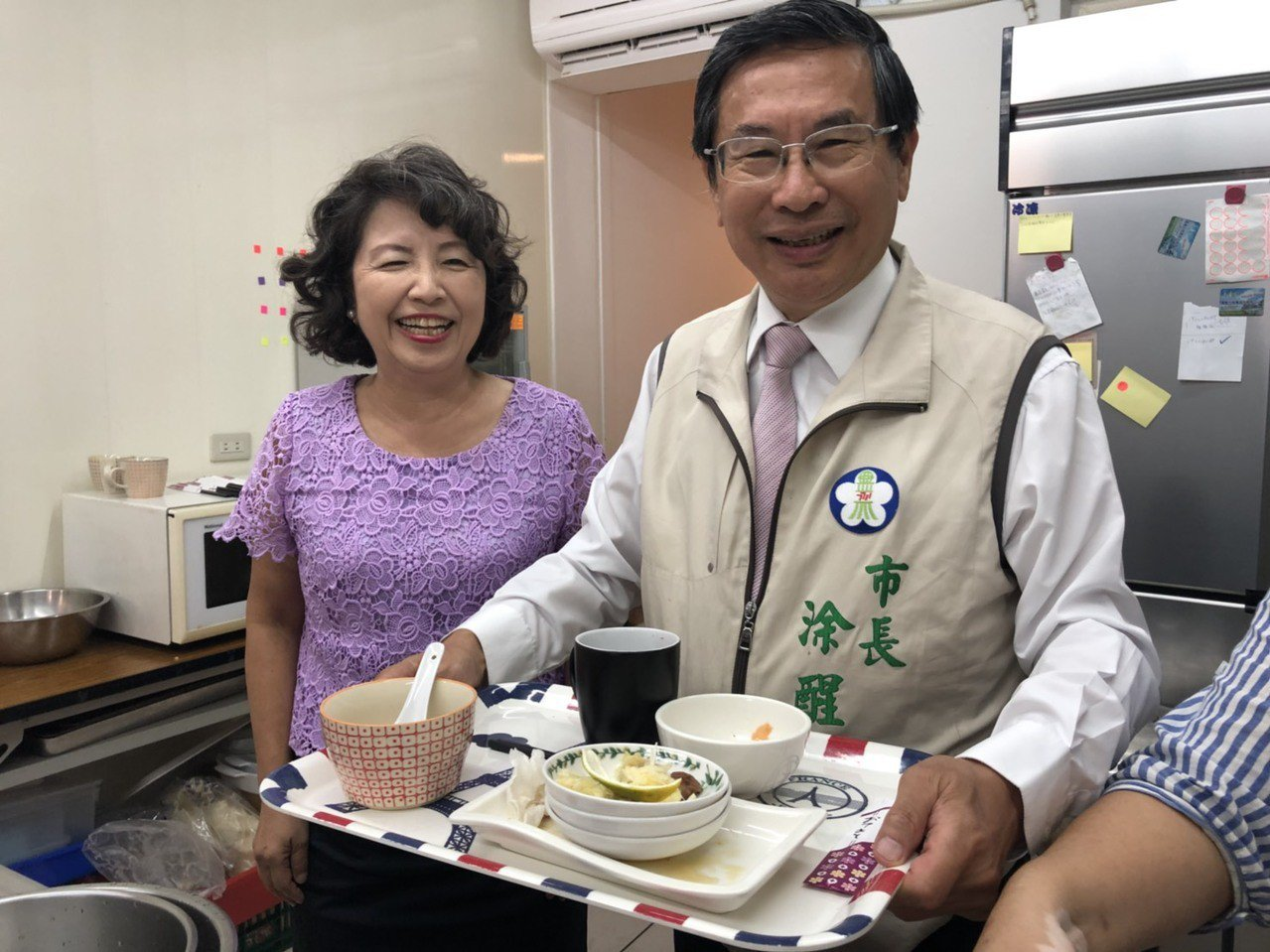 嘉基醫院、雙福基金會開辦的「大齡食堂」,由長者依個人專長和能力,分別擔任廚師群和...