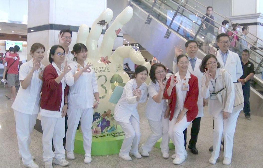 高雄長庚引進一座由晚期肺癌病友共同創作,高達220公分的「希望之手」大型藝品,O...
