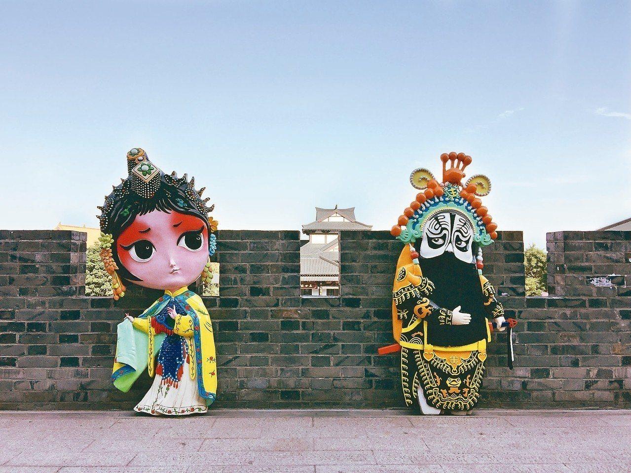 景區內項羽虞姬Q版卡通像,造型可愛,沖淡「霸王別姬」傷感。