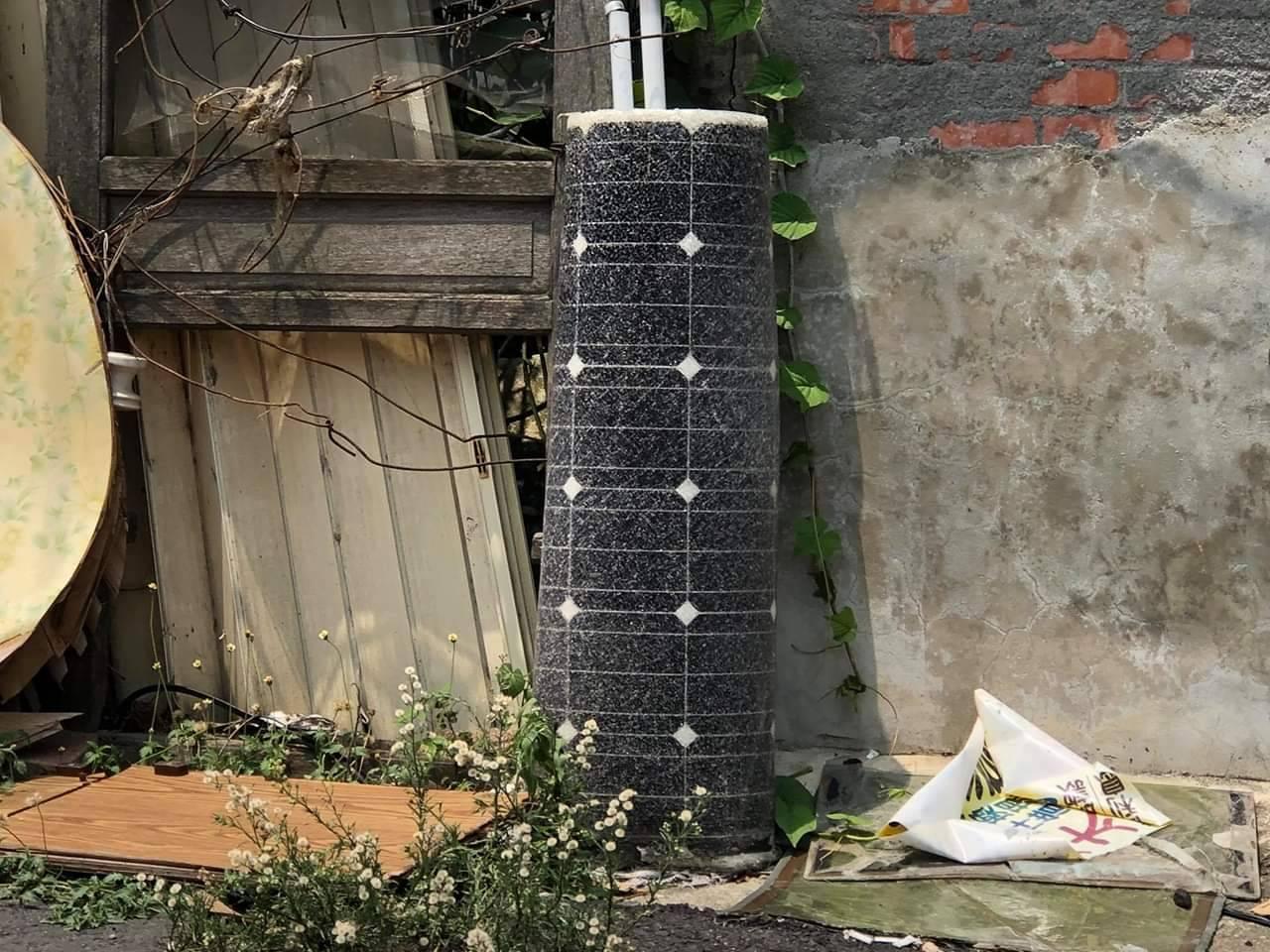 太陽能板業者明年起要提存經費,作為回收之用,圖為雲林台西民眾去年發現太陽能板毀壞...