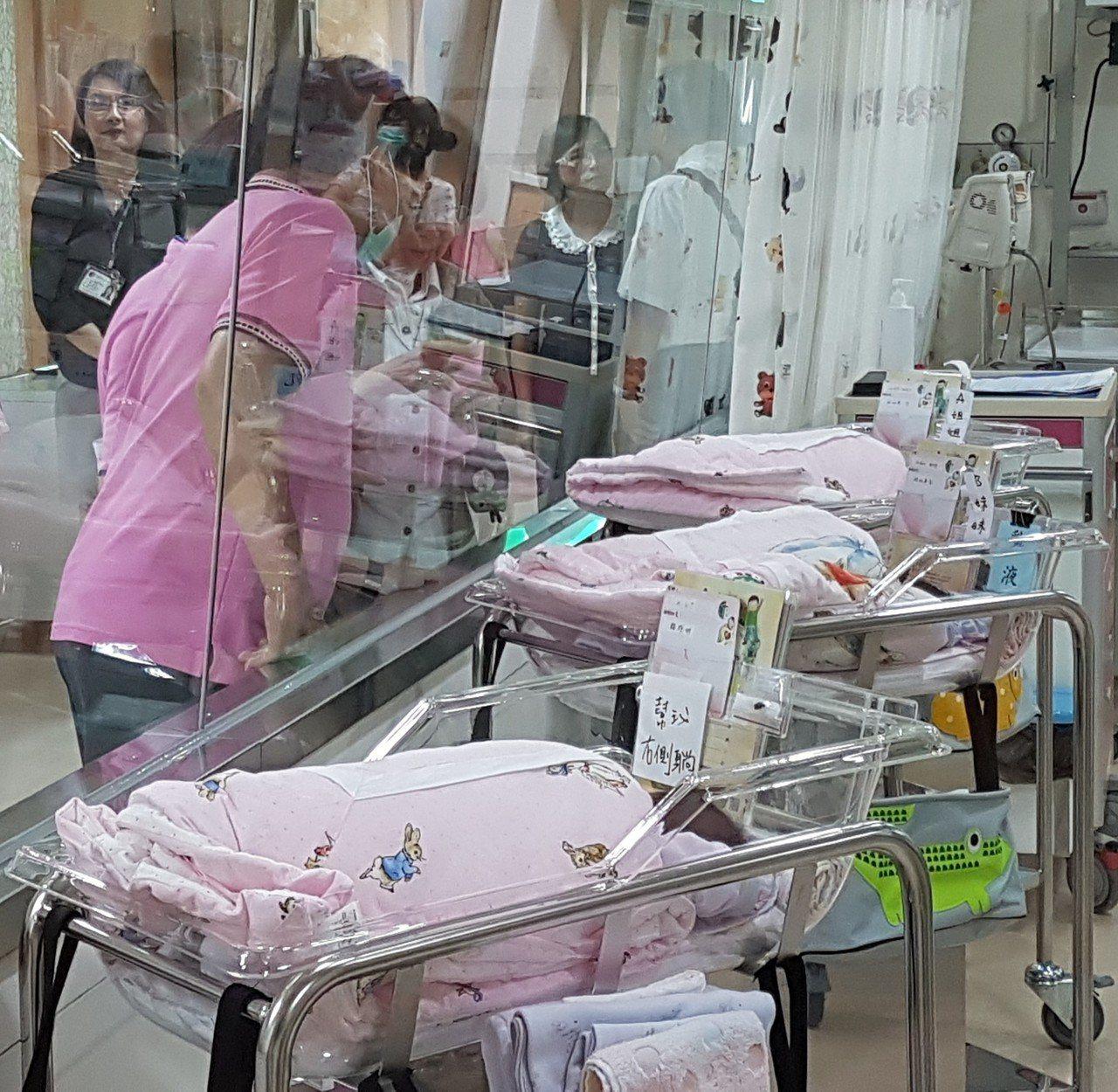 衛福部國健署表示,把握出生後36小時的新生兒聽力篩檢黃金期,早期發現並配合治療,...