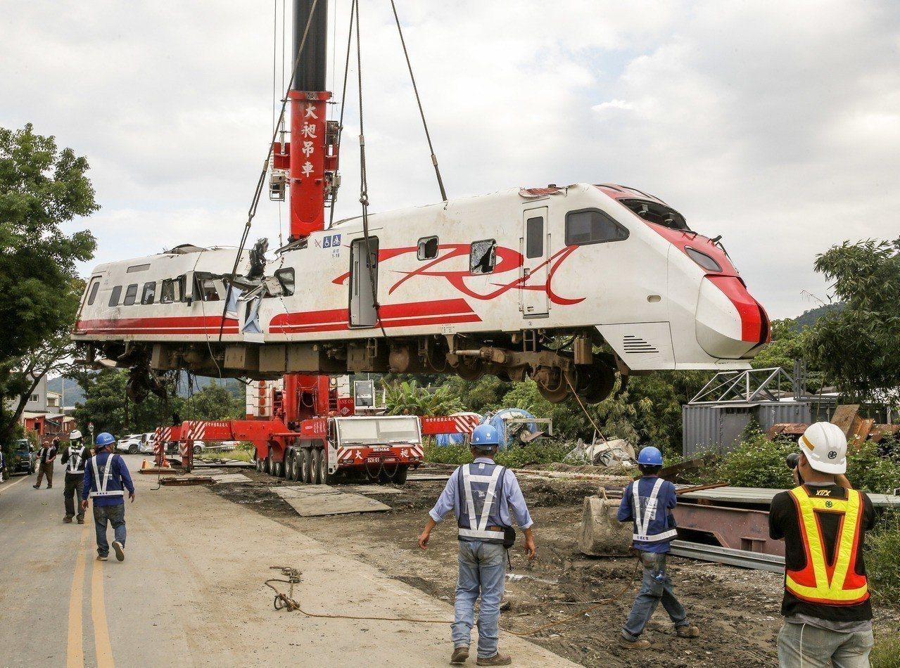 針對台鐵普悠瑪事故,學者李家同在臉書發表文章,指「台鐵事故應該被看成科技的問題」...