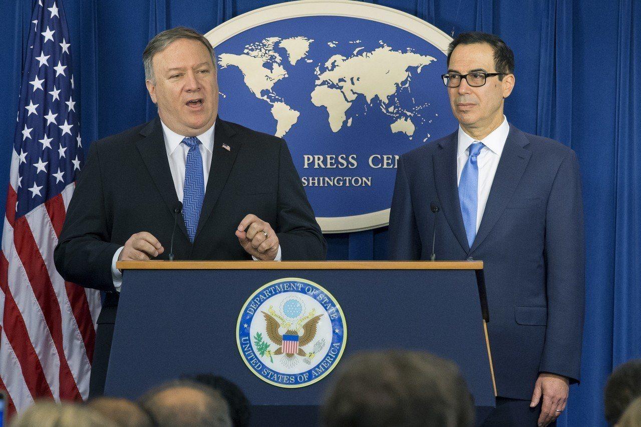 美國國務卿龐培歐(左)昨宣布對伊朗制裁的內容。(美聯社)