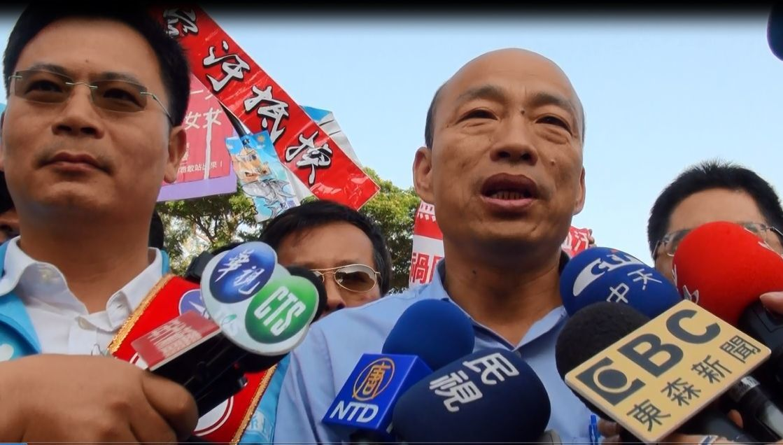 國民黨高雄市長候選人韓國瑜(中)針對「陪睡說」還原現場說法。 圖/聯合報系資料照...