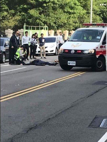 台中市長林佳龍今早八點半座車遭到自行車騎士撞擊。圖/取自臉書
