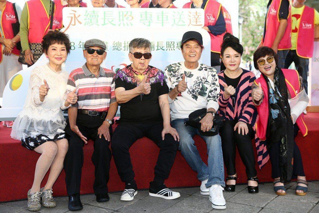 司馬玉嬌(左起)、李炳輝、林松義、林沖、石中玉、紀寶如下午一起出席長照服務專車聯...