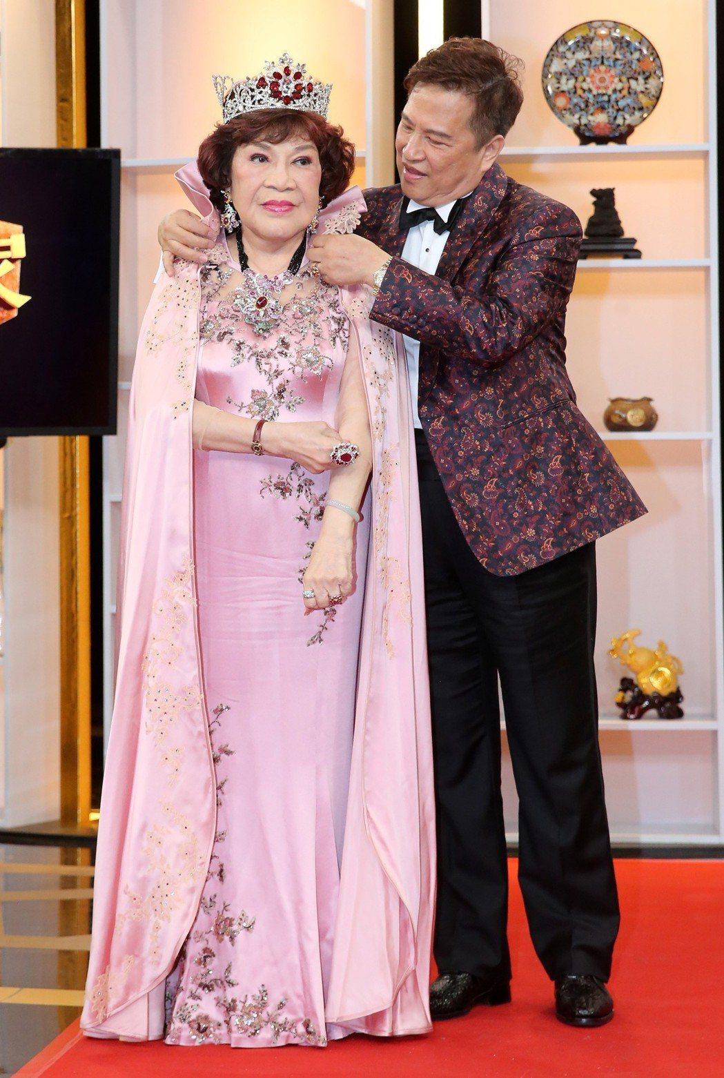 周遊(左)今天與李朝永(右)一起上鑑定節目「大尋寶家」,將紅寶石婚上所用的珠寶交...