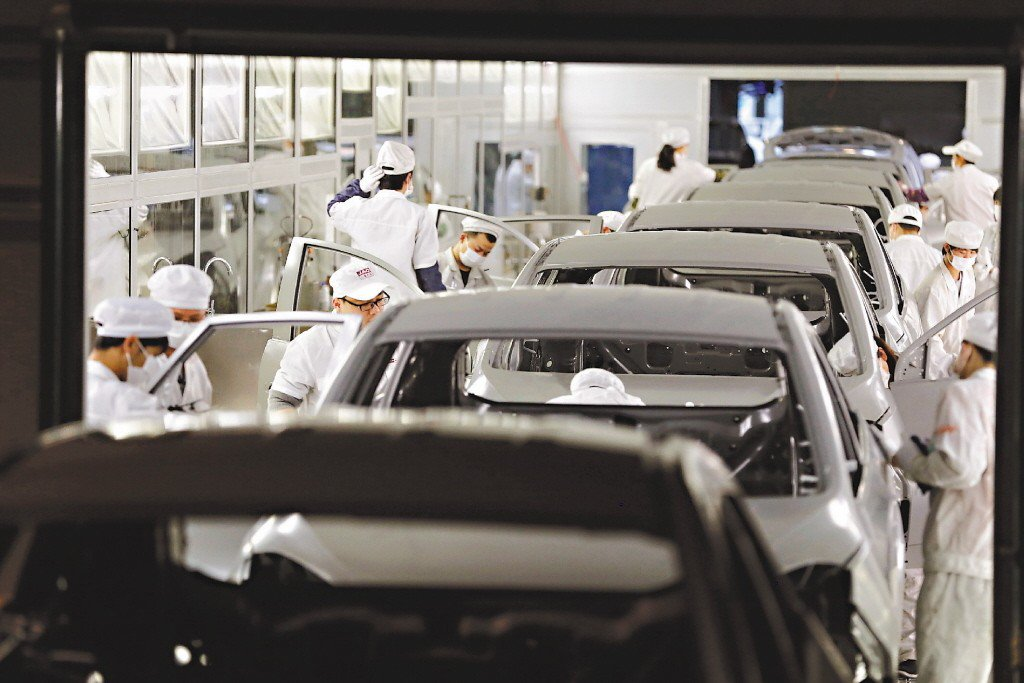 根據陸媒報導,大陸今年車市恐將出現自1990年代以來的首度衰退,預計全年銷量將下...