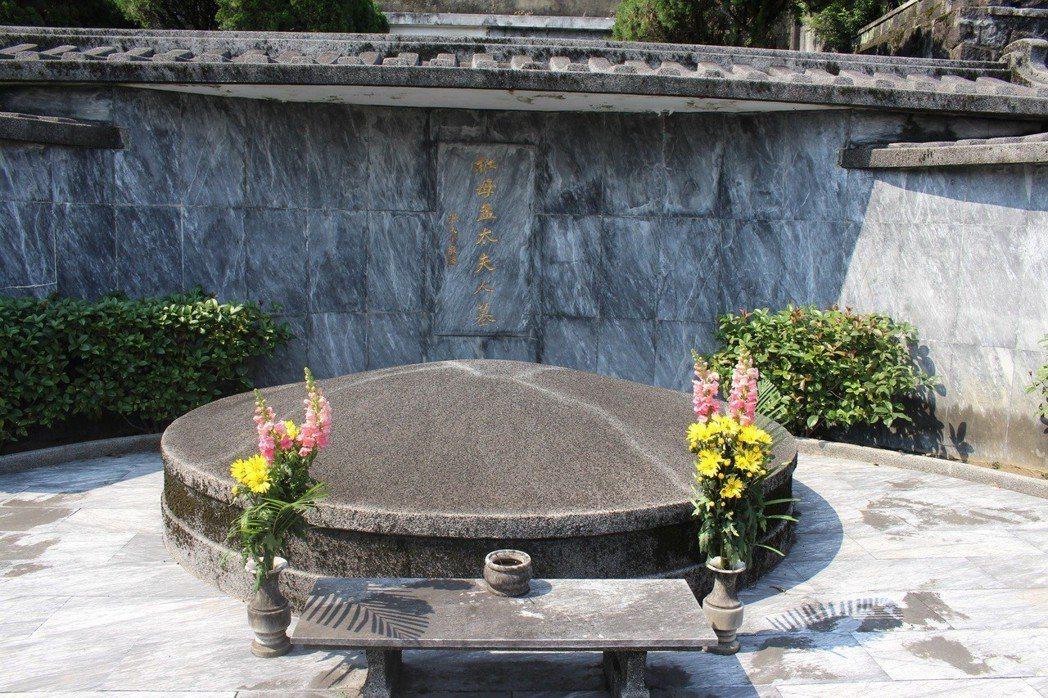 淨律寺樂山墓園,是教育家王雲五、一代名伶孟小冬、攝影大師郎靜山、 詩人周夢蝶的的...