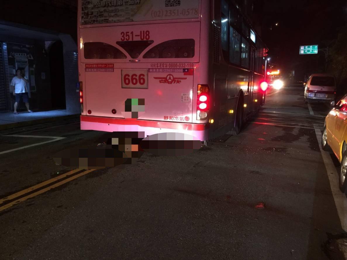 今天晚間8時許,新北市石碇區碇坪路一段78號發生一輛公車與行人車禍案件。記者袁志...