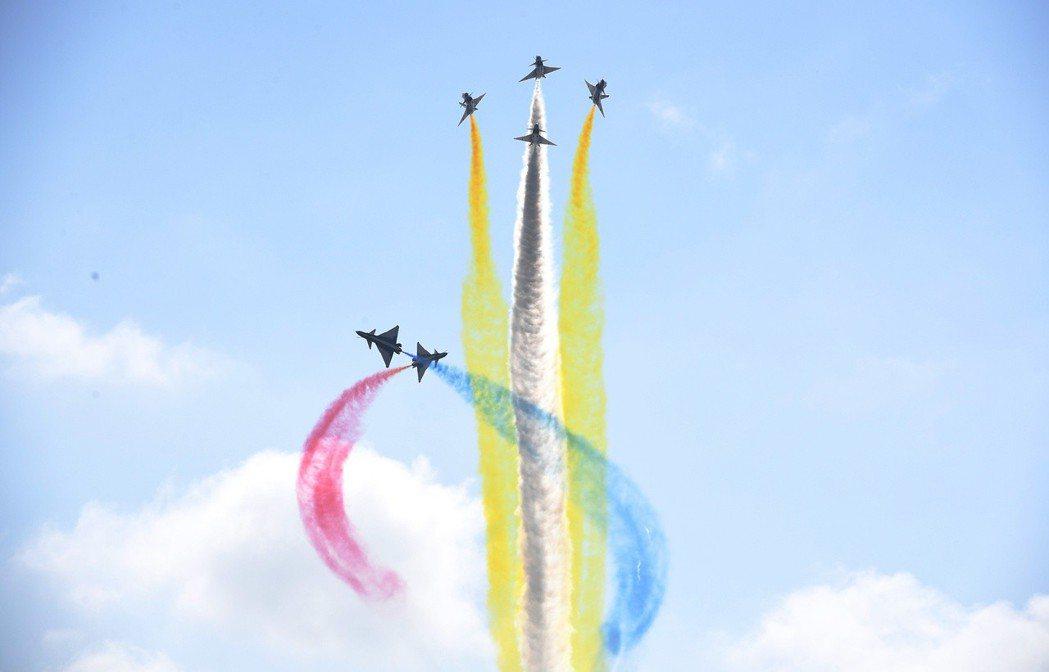 圖為八一飛行表演隊空中展示。 (中新社)