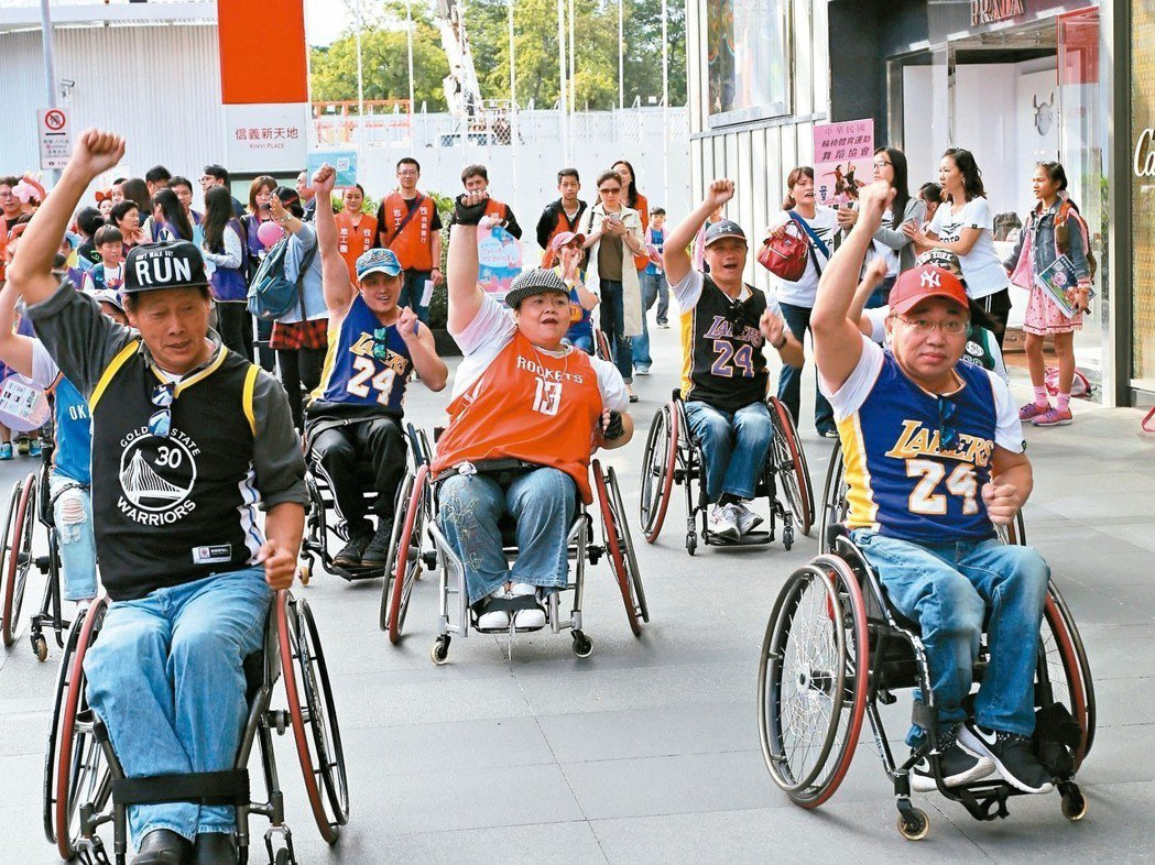 中華民國輪椅體育運動舞蹈協會現場快閃表演輪椅舞,爭取民眾支持。 台新銀行/提供