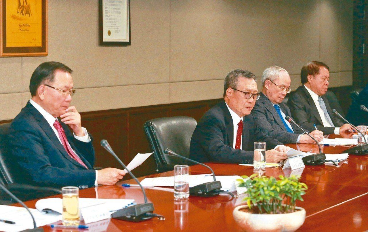 台塑集團昨天舉行10月業績說明會,台塑董事長林健男(左起)、南亞董事長吳嘉昭、台...