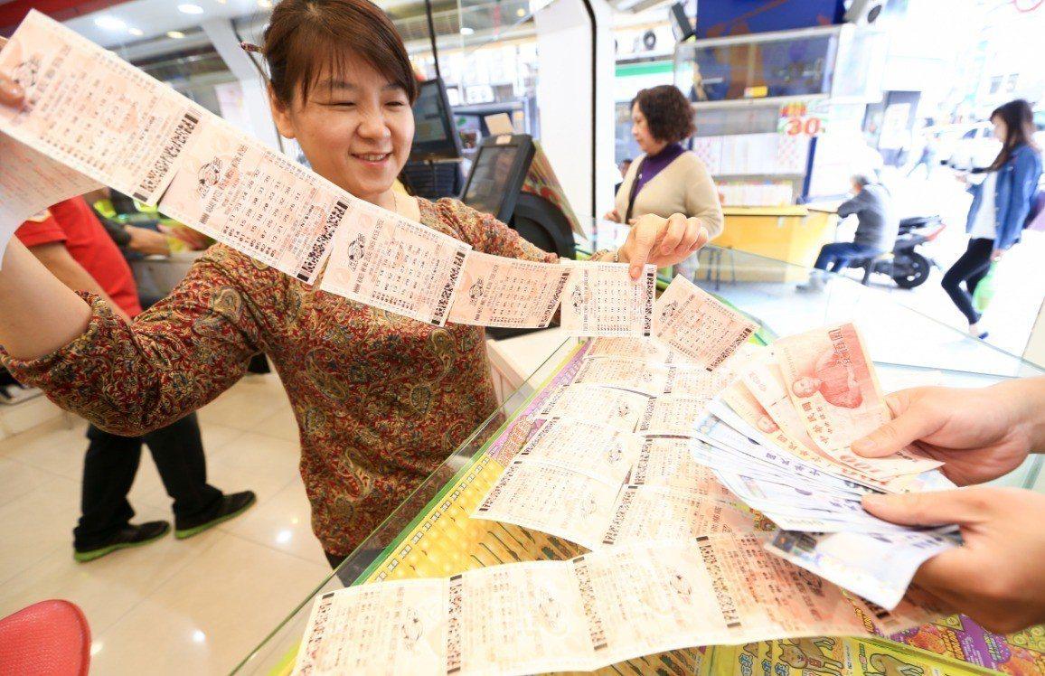 國人愛買彩券,尤其逢年過節時彩券行都會大排長龍。圖/聯合報資料照