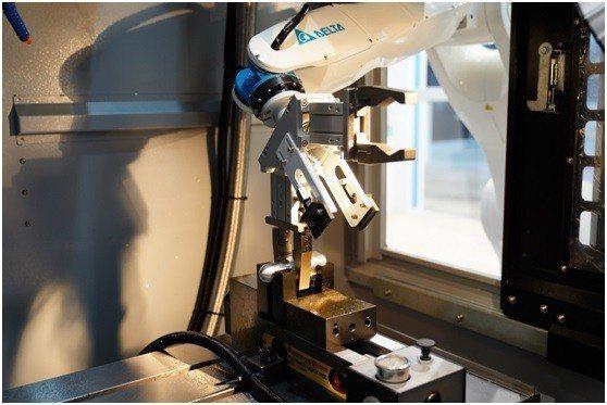 台達垂直多關節機器人於車床機台執行工件取放作業。 台達/提供