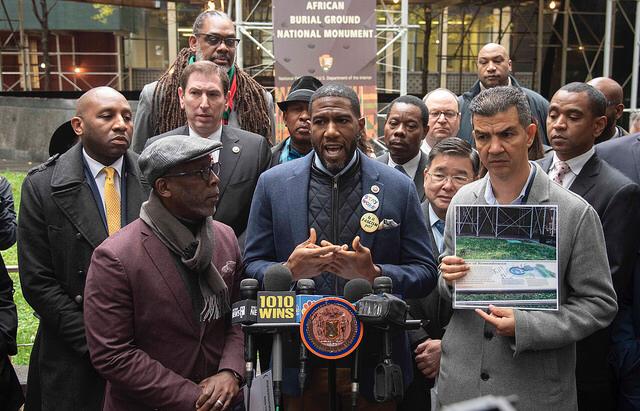 包括華裔市議員陳倩雯和顧雅明在內的眾多民選官員,會同曼哈頓下城非洲墓地紀念碑(A...
